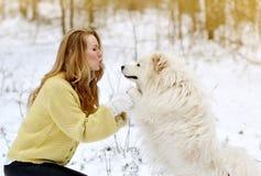 Vrij Jonge Vrouw in de Winter Sneeuwforest park walking met haar Hond royalty-vrije stock afbeeldingen