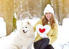 Vrij Jonge Vrouw in de Winter Sneeuwforest park walking met haar Hond stock afbeelding