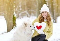 Vrij Jonge Vrouw in de Winter Sneeuwforest park walking met haar Hond stock foto
