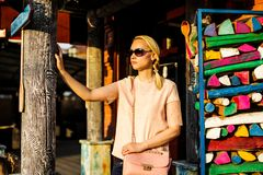 Vrij jonge vrouw in de zonnebril op de straat stock foto