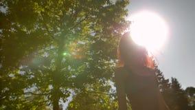 Vrij jonge vrouw die aan een camera in park draaien stock video