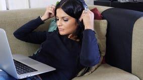 Vrij jonge vrouw die aan laptop PC werken royalty-vrije stock foto's