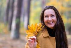 Vrij Jonge Vrouw die in Autumn Park Leaves Fall Relax-Moderne Gouden Geel van de Vrije tijdsmanier lopen stock foto's