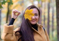 Vrij Jonge Vrouw die in Autumn Park Leaves Fall Relax-Moderne Gouden Geel van de Vrije tijdsmanier lopen royalty-vrije stock afbeeldingen
