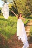Vrij jonge vrouw die de Lente van dag genieten Stock Afbeelding