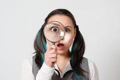 Vrij jonge vrouw die door het overdrijven kijken stock afbeeldingen