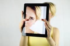 Vrij jonge vrouw die een selfie met een witte tablet nemen Nadruk  Stock Foto