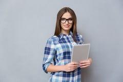 Vrij jonge vrouw die in glazen tablet houden Stock Fotografie