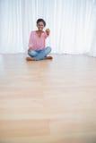 Vrij jonge vrouw die haar nieuw huissleutels tonen Stock Foto