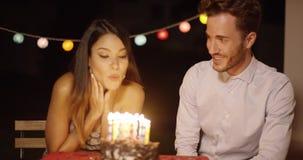 Vrij jonge vrouw die haar verjaardag vieren stock footage