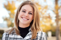 Vrij Jonge Vrouw die in het Park glimlacht Stock Fotografie