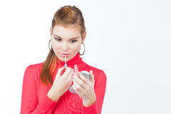 Vrij jonge vrouw die lipgloss toepast Stock Afbeeldingen