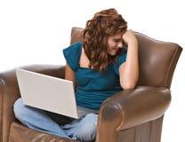 Vrij jonge vrouw die met computer wordt gefrustreerd stock afbeeldingen