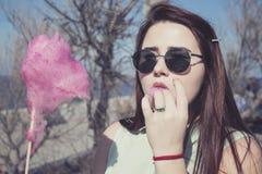 vrij jonge vrouw die met donker lang haar en blauwe ogen lopen Royalty-vrije Stock Fotografie