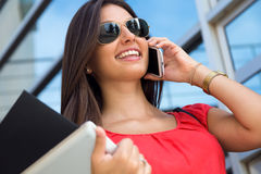 Vrij jonge vrouw die op smartphone spreken Stock Fotografie
