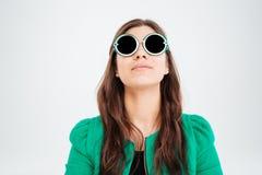 Vrij jonge vrouw die in ronde zonnebril omhoog kijken stock fotografie