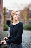 Vrij jonge vrouw die zich op brug bevindt royalty-vrije stock afbeelding