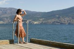 Vrij Jonge Vrouw door het Meer stock foto's