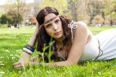 Vrij jonge vrouw in een hoofdbanddagdromen Stock Foto's