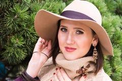 Vrij jonge vrouw in een witte gebreide jasje en een hoed Stock Fotografie