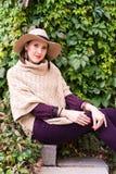 Vrij jonge vrouw in een witte gebreide jasje en een hoed Stock Foto's