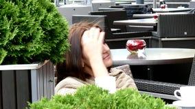 Vrij jonge vrouw het drinken koffie stock footage