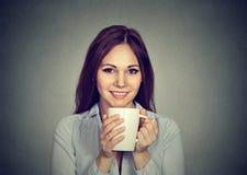 Vrij jonge vrouw het drinken koffie royalty-vrije stock foto's