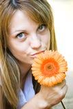 Vrij jonge vrouw met bloem royalty-vrije stock fotografie