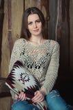 Vrij jonge vrouw met een hoofdkussen Stock Foto