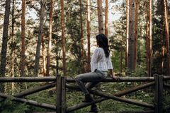 Vrij jonge vrouw met intense blik onder palmen royalty-vrije stock foto