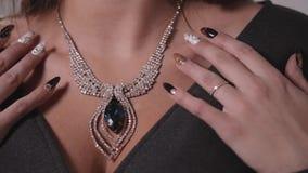 Vrij jonge vrouw met inzamelings modieuze juwelen in winkel stock video