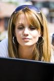 Vrij jonge vrouw met laptop royalty-vrije stock foto