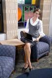 Vrij jonge vrouw met laptop in wachtkamer royalty-vrije stock foto's