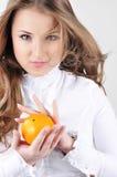 Vrij jonge vrouw met sinaasappel. Royalty-vrije Stock Fotografie