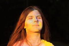 Vrij jonge vrouw omvat met blauw en geel droog Holi-poeder Stock Foto's