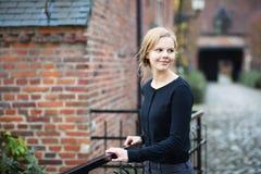 Vrij jonge vrouw op middeleeuwse straat stock afbeelding
