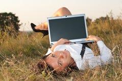 Vrij jonge vrouw openlucht met computer Stock Foto's