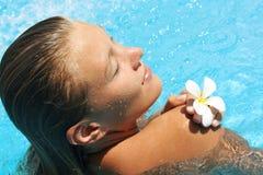 Vrij jonge vrouw in pool stock afbeelding