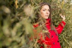 Vrij jonge vrouw in rode laag stock afbeelding