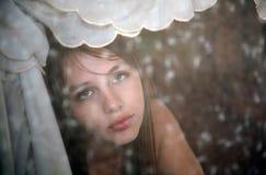 Vrij Jonge Vrouw in Venster Stock Foto