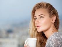 Vrij jonge vrouwelijk drinkt thee royalty-vrije stock afbeeldingen