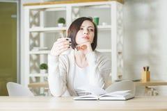 Vrij jonge vrouwelijke het drinken koffie Stock Foto