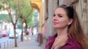 Vrij jonge vrouwelijke student die en het drinken koffie in openlucht lopen stock video