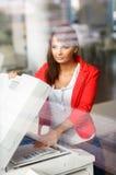 Vrij jonge vrouwelijke student/secretaresse die een exemplaarmachine met behulp van stock afbeelding