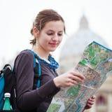 Vrij jonge vrouwelijke toerist Stock Foto's