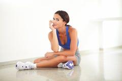 Vrij jonge vrouwelijke zitting in yogaklasse royalty-vrije stock foto's