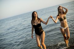 Vrij jonge vrouwen die pret hebben door het overzees royalty-vrije stock fotografie