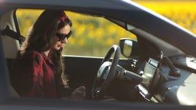 Vrij jonge vrouwen drijfauto op de reis van de de zomerweg stock videobeelden