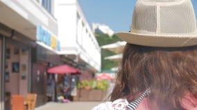 Vrij jonge vrouwentoerist die en bij de toevlucht met palmen op zonnige de zomerdag lopen genieten van Reis en reisconcept stock video