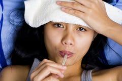 Vrij jonge vrouwenzieken in bed royalty-vrije stock fotografie